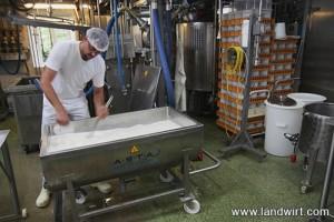 Das Lab wird in die Milch eingebracht. Nach zirka einer Stunde hat sich die Masse ausreichend verdickt.